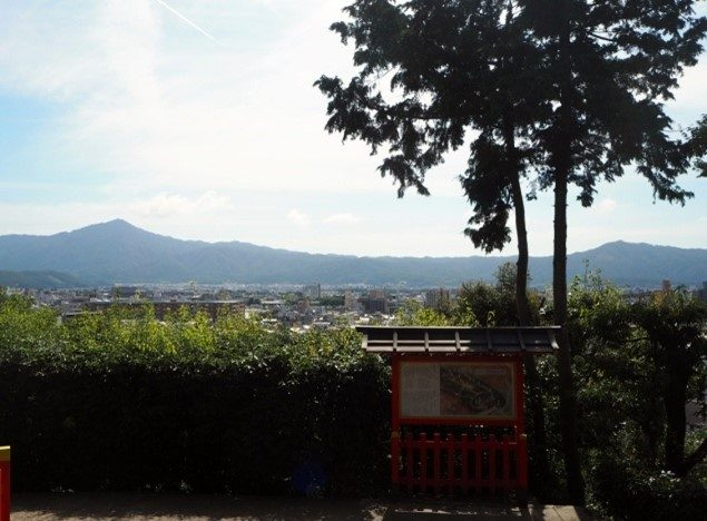 建勲神社から東山連峰を望む